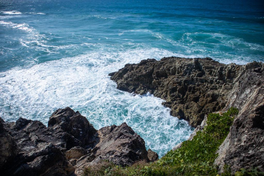 Day trip to north stradbroke island: rocky cliffs